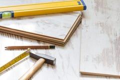 Домашняя конструкция реновации кладя предпосылку пола с настилом на деревянные доски стоковые изображения