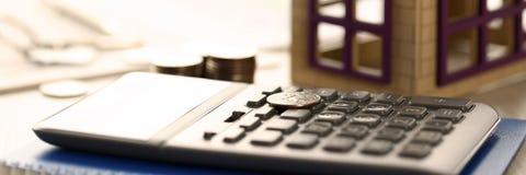 Домашняя концепция продажи займа свойства недвижимости монеток стоковые фото