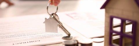 Домашняя концепция продажи передачи свойства недвижимости стоковые изображения