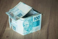 Домашняя концепция сделанная от 100 бразильских банкнот reais Стоковые Изображения