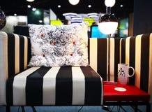 Домашняя концепция украшения Белый валик с чернотой цветет скороговорка стоковая фотография