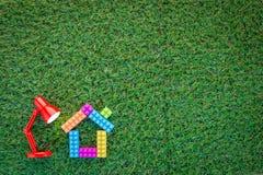 Домашняя модель при включении красная лампа зеленая трава jpg Стоковое фото RF