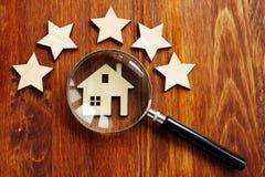 Домашняя оценка Дом с лупой и звездой 5 стоковое фото