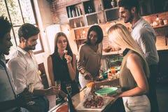 Домашняя партия с близко друзьями Стоковая Фотография RF