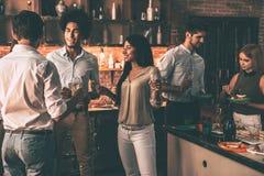 Домашняя партия с близко друзьями Стоковая Фотография