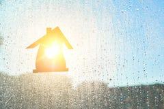 домашняя помадка Домашний символ с формой сердца на предпосылке окна с солнечными падениями дождя Стоковая Фотография RF