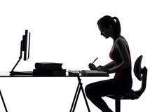 Домашняя работа девушки подростка изучая силуэт Стоковые Фотографии RF