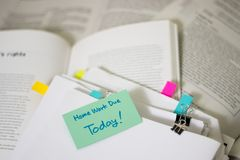 Домашняя работа должная сегодня; Стог прочитанных документов с большое количество Стоковое Изображение