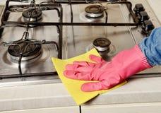 Домашняя работа - женщина очищая кухню Стоковая Фотография