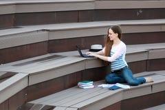 Домашняя работа исследования студента девушки внешняя Стоковые Изображения RF