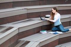 Домашняя работа исследования студента девушки внешняя Стоковые Фото