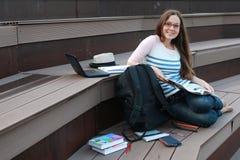 Домашняя работа исследования студента девушки внешняя Стоковая Фотография RF