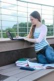 Домашняя работа исследования студента девушки внешняя Стоковое Изображение RF