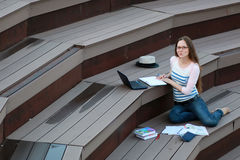 Домашняя работа исследования студента девушки внешняя Стоковое фото RF