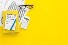 Домашняя работа математики Учебник математики или консультационный близко лист с номерами, countes, калькулятором, тетрадью с фор Стоковые Изображения