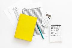 Домашняя работа математики Учебник математики или консультационный близко лист с номерами, countes, калькулятором, тетрадью с фор Стоковое Фото