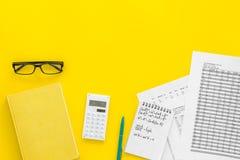 Домашняя работа математики Учебник математики или консультационный близко лист с номерами, countes, калькулятором, тетрадью с фор Стоковые Фотографии RF