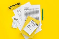 Домашняя работа математики Учебник математики или консультационный близко лист с номерами, countes, калькулятором, тетрадью с фор Стоковая Фотография