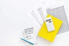 Домашняя работа математики Учебник математики или консультационный близко лист с номерами, countes, калькулятором, тетрадью с фор Стоковое Изображение RF
