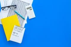Домашняя работа математики Учебник математики или консультационный близко лист с номерами, countes, калькулятором, тетрадью с фор Стоковое Изображение