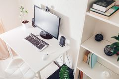 домашняя работа Место для работы фрилансера Интерьер Современный дизайн с белой мебелью и технологиями Стоковая Фотография RF