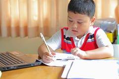 Домашняя работа работы мальчика Стоковые Фотографии RF