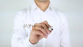 Домашняя работа, сочинительство бизнесмена на стекле Стоковая Фотография RF