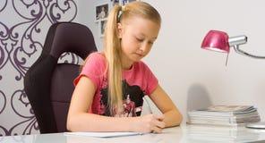Домашняя работа сочинительства девушки школы Стоковая Фотография