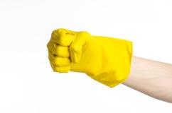 Домашняя работа, стирка и чистка темы: рука человека держа желтый цвет и носит резиновые перчатки для очищать изолированные на бе Стоковое фото RF