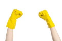 Домашняя работа, стирка и чистка темы: рука человека держа желтый цвет и носит резиновые перчатки для очищать изолированные на бе Стоковое Изображение