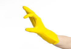 Домашняя работа, стирка и чистка темы: рука человека держа желтый цвет и носит резиновые перчатки для очищать изолированные на бе Стоковое Фото
