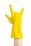 Домашняя работа, стирка и чистка темы: рука человека держа желтый цвет и носит резиновые перчатки для очищать изолированные на бе Стоковые Изображения RF