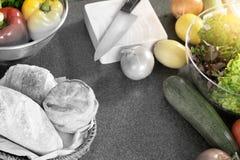 Домашняя современная кухня подготавливает сырцовый продукт питания Стоковые Изображения