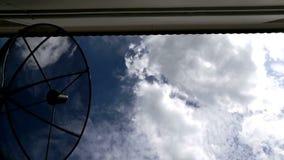 Домашняя спутниковая антенна-тарелка на облаках голубого неба акции видеоматериалы