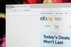 Домашняя страница вебсайта eBay на экране монитора iMac eBay многонациональная корпорация электронной коммерции Самый большой онл Стоковые Изображения RF
