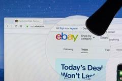 Домашняя страница вебсайта ebay на экране монитора iMac под лупой eBay многонациональная корпорация электронной коммерции Стоковое Изображение RF