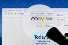 Домашняя страница вебсайта ebay на экране монитора iMac под лупой eBay многонациональная корпорация электронной коммерции Стоковые Изображения