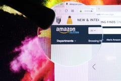 Домашняя страница онлайн рынка Амазонки электронной коммерции com под лупой Самый большой онлайн продавец и торгуя платформа стоковые изображения rf