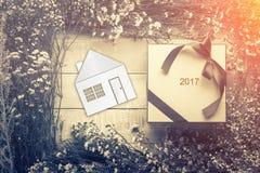 Домашняя сладостная домашняя концепция с моделью дома с цветком и лист fr Стоковая Фотография RF