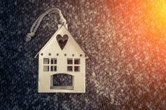 Домашняя сладостная домашняя модель дома на ткани Стоковые Изображения RF