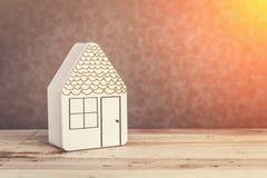 Домашняя сладостная домашняя модель дома с красным цветом на серой предпосылке Стоковое Фото