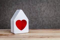 Домашняя сладостная домашняя модель дома с красным цветом на серой предпосылке Стоковые Фотографии RF