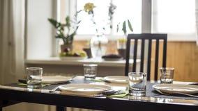 Домашняя уютная кухня с обеденным столом для 4 стоковое изображение rf