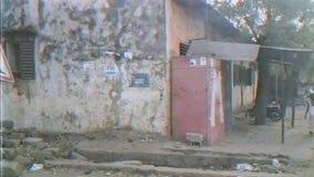 Дома, автомобили, и люди на улицах Бамака сток-видео