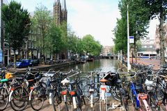 Дома Амстердама известно узки потому что они использовали быть таксированным на frontage, воодушевляющ людей построить длинные, у стоковое фото rf
