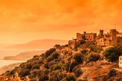 Дома башни в Vathia на полуострове Греции Mani захода солнца Стоковое фото RF