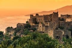 Дома башни в Vathia на полуострове Греции Mani захода солнца Стоковое Изображение