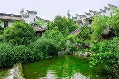 Дома берега китайские старомодные в древесинах на солнечном лете Стоковые Изображения RF