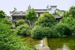 Дома берега китайские традиционные в древесинах на солнечном лете da Стоковое Изображение RF