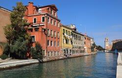 Дома вдоль канала в Венеции, Италии стоковые изображения